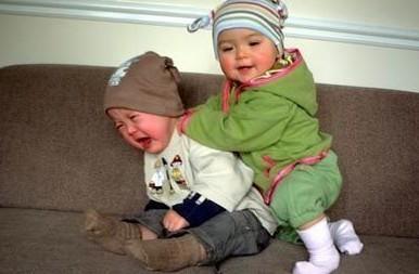如何正确对待宝宝的打闹?