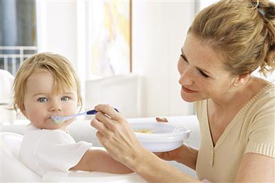 宝宝吃饭时看电视好吗?怎么办?
