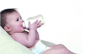 1岁多的宝宝可以喝牛奶吗?注意事项有哪些