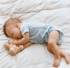 宝宝踢被子的原因?宝宝睡觉踢被子怎么办