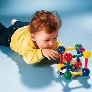 宝宝多大会抓东西?怎样训练宝宝抓东西
