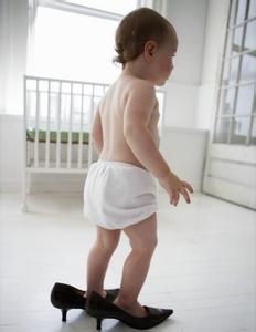 宝宝喜欢穿爸爸妈妈的鞋子怎么办?