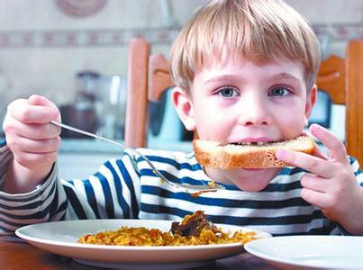 小朋友家却吃得津津有味;有些孩子和在家吃饭时偏食