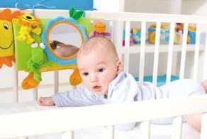 看材质闻油漆帮宝宝选购安全婴儿床