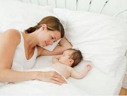 """月子里的新妈妈学会""""偷觉""""的技巧"""