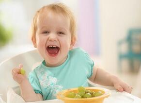 宝宝喜欢边看电视边吃饭如何纠正?