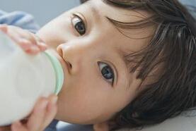 如何帮宝宝戒掉奶瓶?如何过渡到水杯喝奶