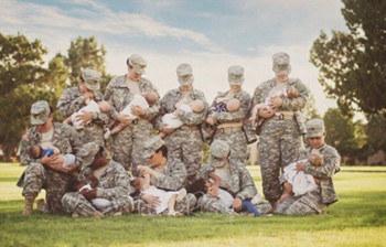 美国女军人齐晒喂奶照 红遍全球网络
