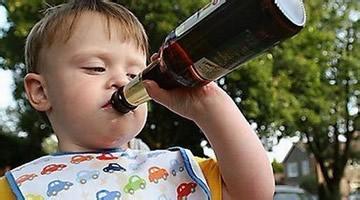家长,请千万不要把逗小孩喝酒当儿戏!