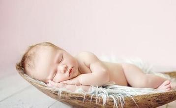 刚出生的宝宝为什么翻白眼?新生儿睡觉翻白眼正常吗?