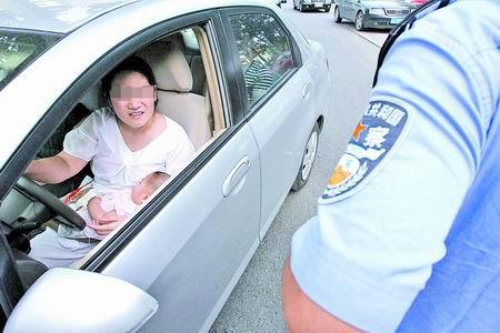 """高速现""""喂奶女司机"""":一手抱娃喂奶一手驾车"""