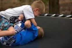 孩子受到欺负——教孩子出手还是忍让?看看国外家长如何教育的