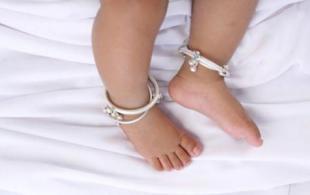 能给宝宝佩戴金银首饰品吗?给宝宝佩戴饰品应注意什么?