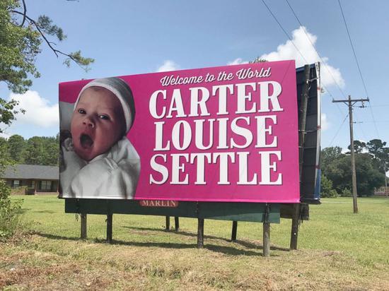 美国一家族137年来首次生女儿 打出公路庆祝