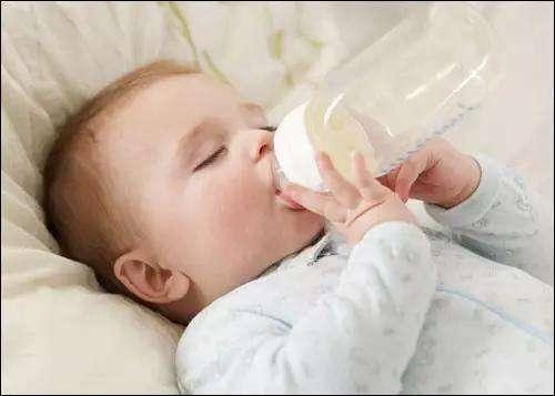 宝宝老是呛奶怎么办?如何防止新生儿呛奶