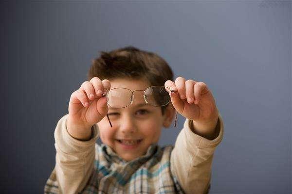 孩子弱视是怎么引起的?孩子弱视有什么症状