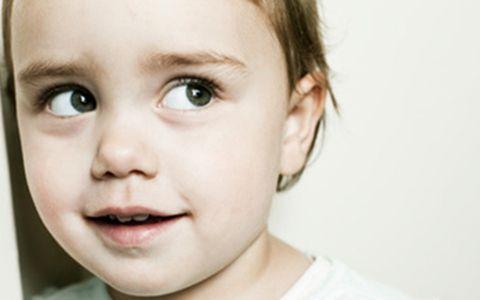 孩子看电视斜眼是怎么回事?孩子看电视斜视怎么办