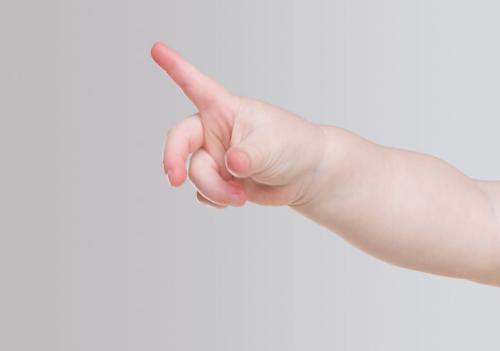 宝宝喜欢啃手指?家长如何应对宝宝啃手指